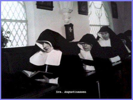 Zrs. Augustinessen middaggebed in de kapel